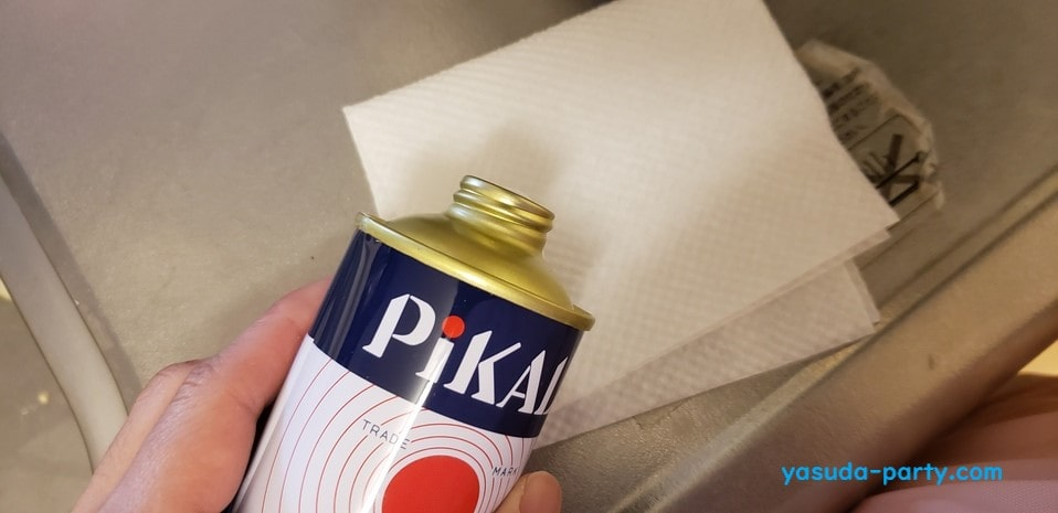 布にピカールを染み込ませます