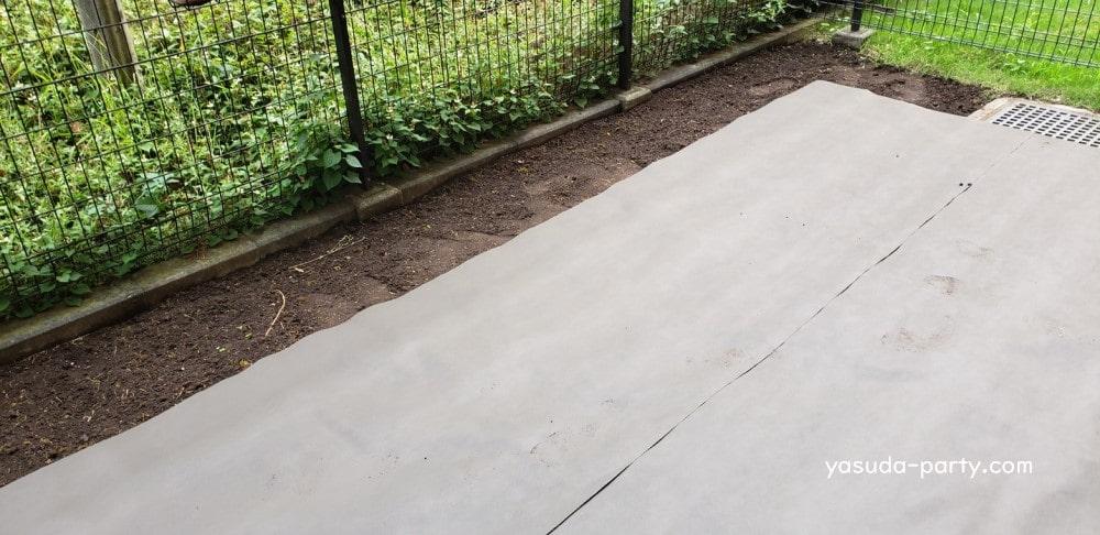 除草シートを敷いた庭